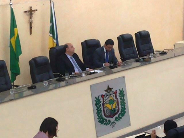 Kaká Barbosa presidiu a sessão e não quis atender os jornalistas. Fotos: Cássia Lima