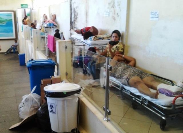 Paciente internados em macas próximo do Centro Cirúrgico. Fotos: Cassia Lima