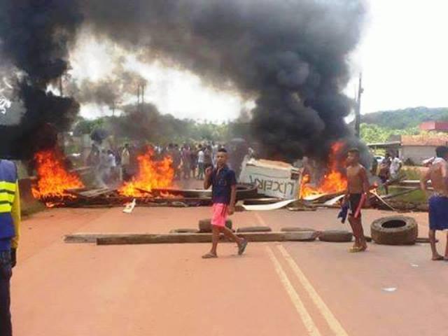 Posseiros bloquearam com pneus queimados a BR-156