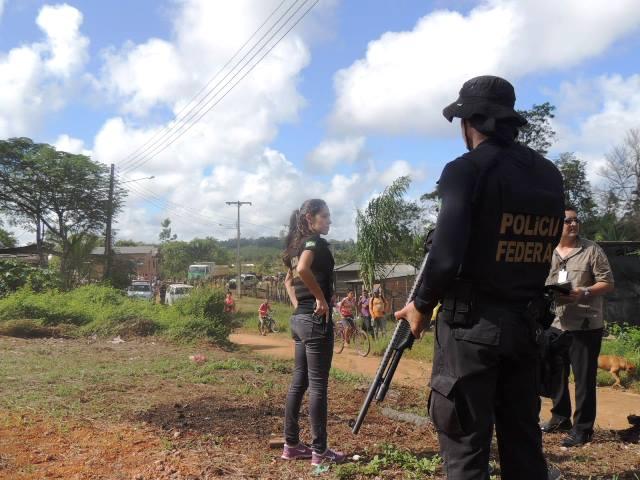 Policiais federais acompanham a desocupação de perto