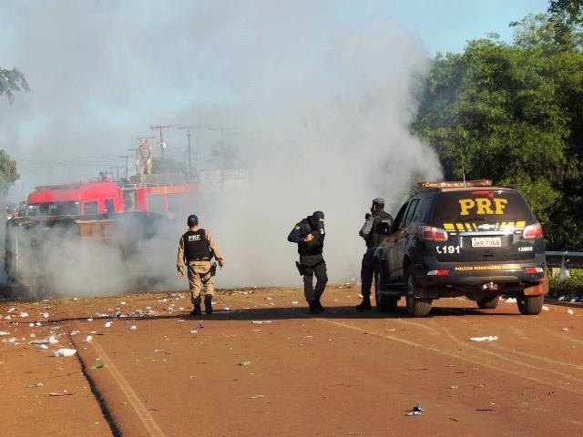 Policiais rodoviários usaram a força para liberar a pista