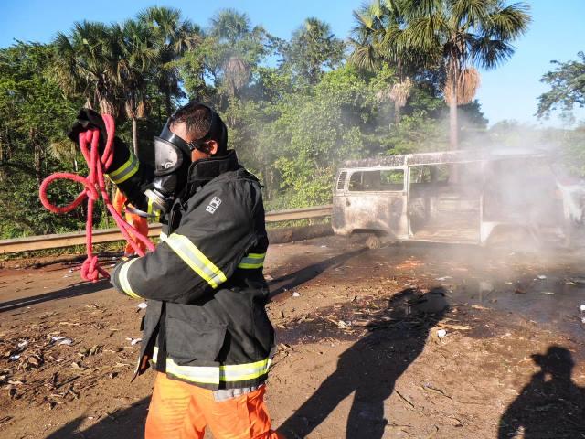 Bombeiros tiveram muito trabalho para apagar o fogo colocado até em carcaças de veículos