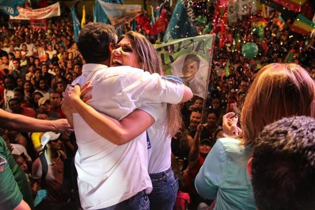 Patrícia é abraçada por Clécio Luis na convenção da REDE na última sexta, 5