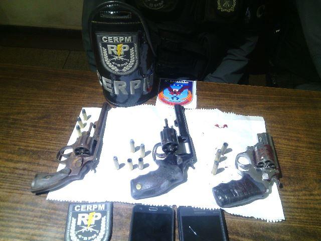 Armas encontradas na casa onde o confronto ocorreu. Foto: Olho de Boto