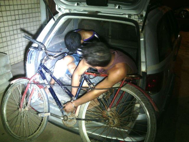 Menor, de camisa listrada, chegada à Deiai depois de receber atendimento no HE: furtou 6 vezes a mesma casa