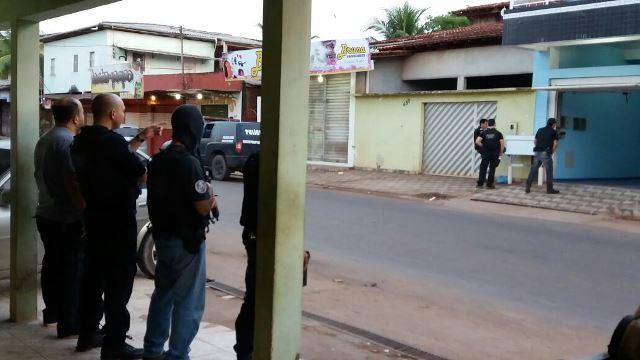 Policiais aguardam momento para cumprir mandado