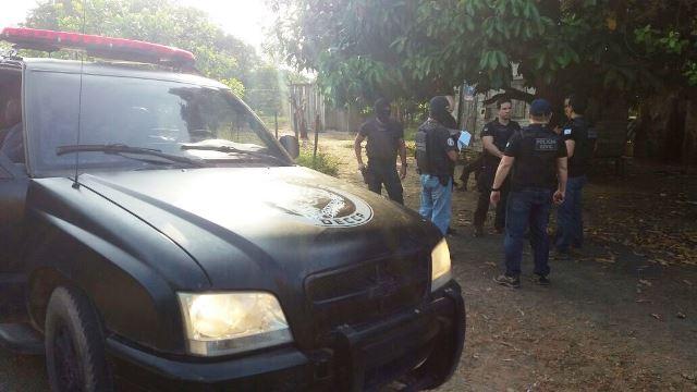 Policiais discutem detalhes antes do início do cumprimento dos mandados