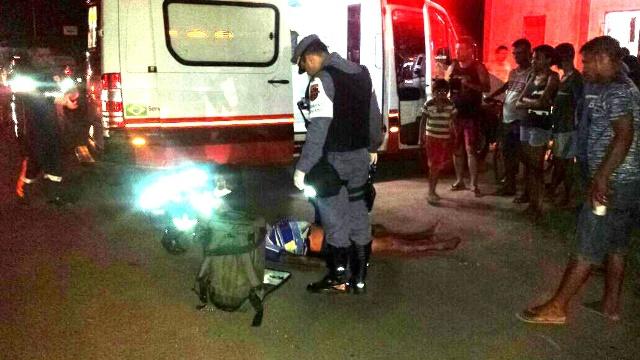 Um dos homens que estava na moto é atendido em estado grave. Fotos:: BPRE