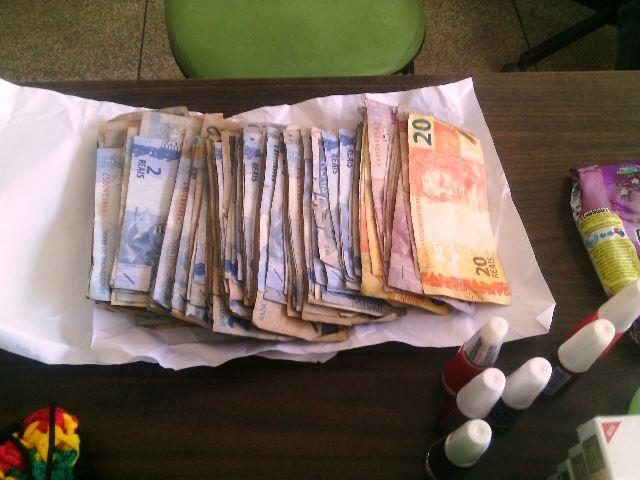 Foram recuperados pouco mais de R$ 1 mil levados da farmácia