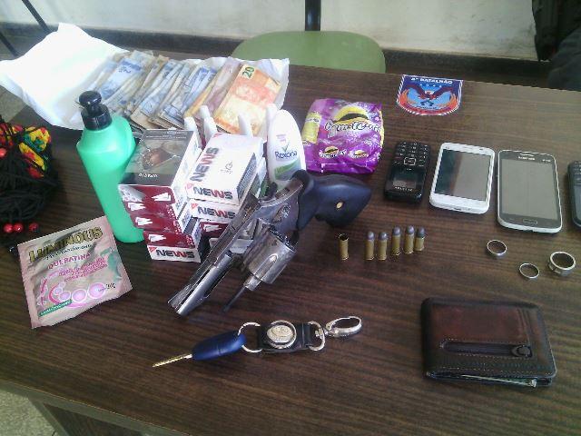 Objetos recuperados pela PM junto com a arma usada no assalto. Fotos: Olho de Boto