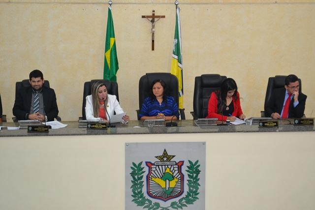 Roseli Matos conduziu a sessão de renúncia coletiva. Fotos: Cássia Lima