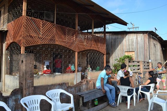 Amigos no velório na casa onde o estudante morava com a mãe e os irmãos. Fotos: Cássia Lima