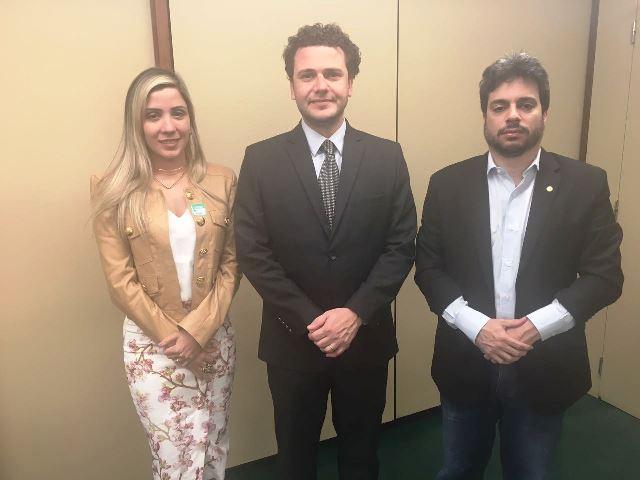 Deputados Luciana e Vinícius Gurgel ao lado do diretor de estratégias da Coca-Cola, Thiago Skaf. Foto: Divulgação
