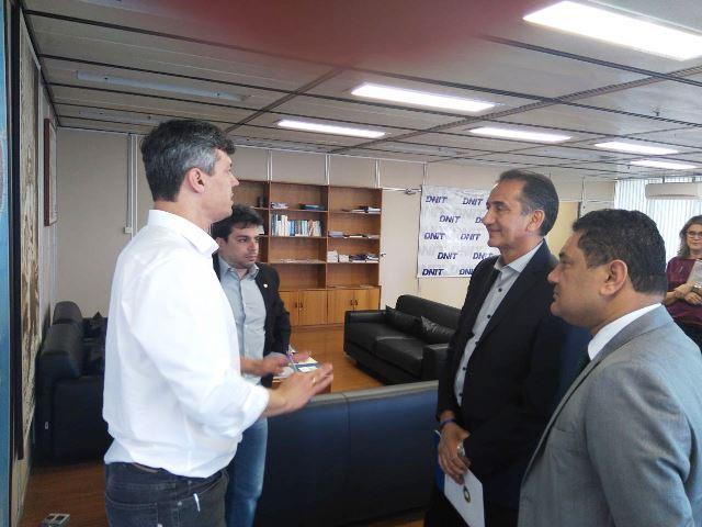Waldez Góes com representantes do Banco do Brasil: 100 mil hectares de áreas cultivadas. Fotos: Secom