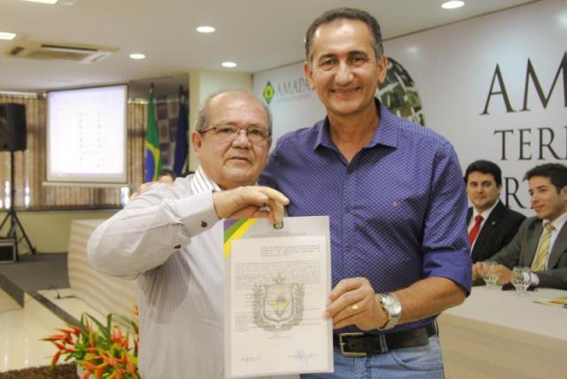 Empresário recebe do governador Waldez Góes titulode terras para instalar fábrica. Foto: Secom