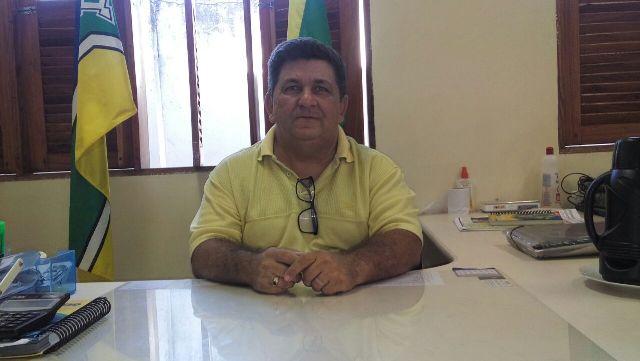 diretor da escola, Carlos Alberto Pereira. Mesmo com ventiladores, calor é grande