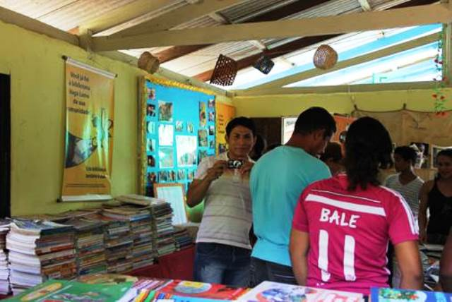 Biblioteca é parte do espaço da escola municipal. Acervo está disponível para todos os moradores