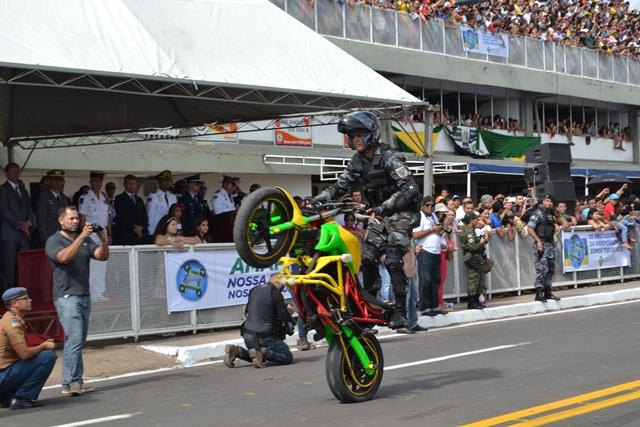 Policial da Rotam mostra habilidade na moto. Fotos: Cássia Lima