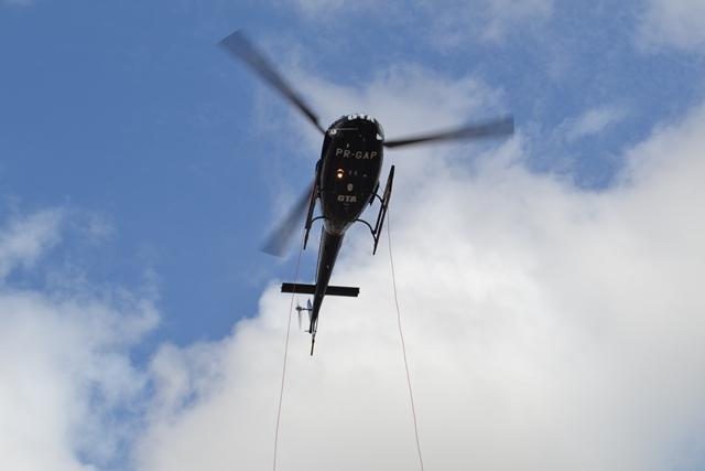 Helicóptero para sobre a avenida