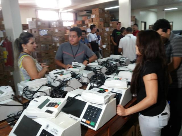 Representantes das coligações acompanham o lacre e registro dos dados dos candidatos. Fotos: Cássia Lima