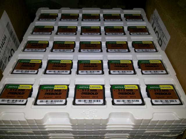 Cartões de memória foram colocados nas urnas.