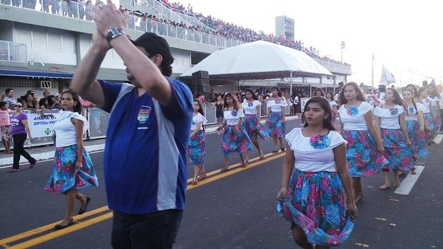 Mais de 2 mil alunos desfilaram pela Avenida Ivaldo Veras