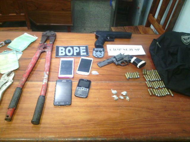 Grupo portava armamento, munição, drogas e armamento para arrombamento. O destino era o interior. Fotos: Olho de Boto