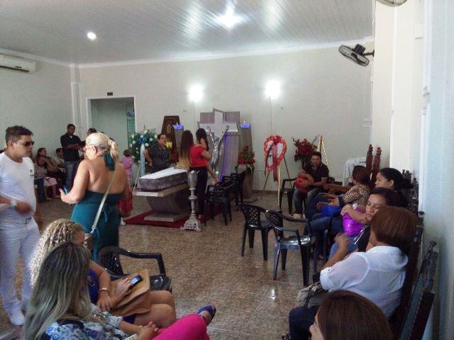 Filhos e outros parentes reunidos no velório na manhã desta terça, 27. Fotos: André Silva