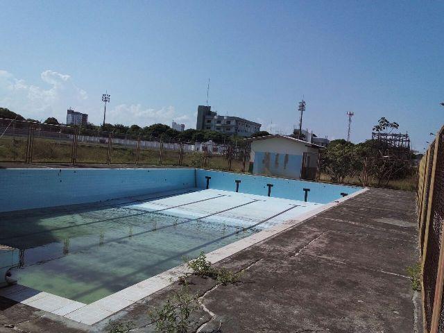 Além dos problemas com a obra inacabada, a piscina do estádio também está com água parada.