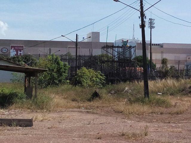 Área não isolada com presença de restos de material de construção é motivo da representação do MP. Mato também toma conta do local. Fotos: André Silva