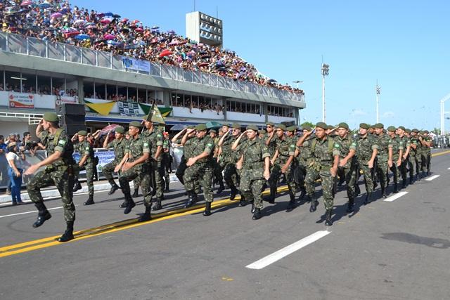 Exército atravessa o Sambódromo