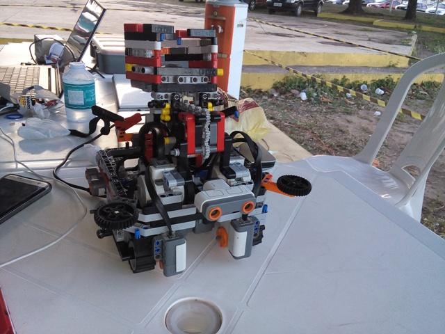 Robôs duelam em três desafios