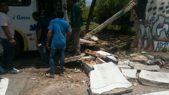Parte do muro da escola foi destruído.
