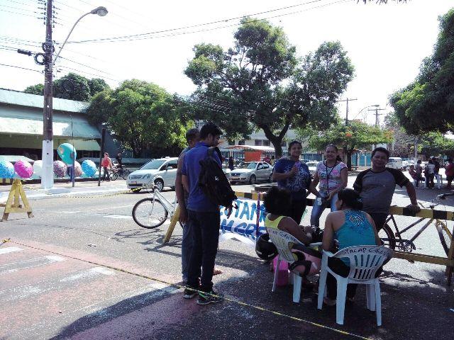 Trabalhadores terceirizados bloquearam a FAB desde a manhã desta terça. Fotos: Júlio Miragaia