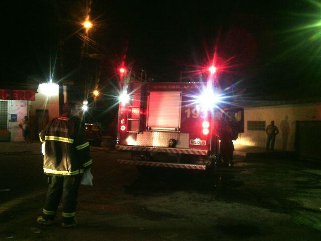 Bombeiros chegaram rápido e impediram que o fogo se alastrasse por casas vizinhas. Fotos: Olho de Boto
