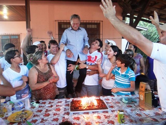 Ivo nos ombros dos filhos ao completar 82 anos: seria assassinado uma semana depois. Foto Arquivo familiar