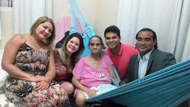 Dona Luzair descobriu a doença este ano. Na foto ao lado do filho Renivaldo Costa. Foto: Arquivo familiar