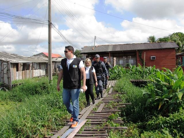 Promotora Andre Guedes com equipe em área de ressaca. Foto: Divulgação
