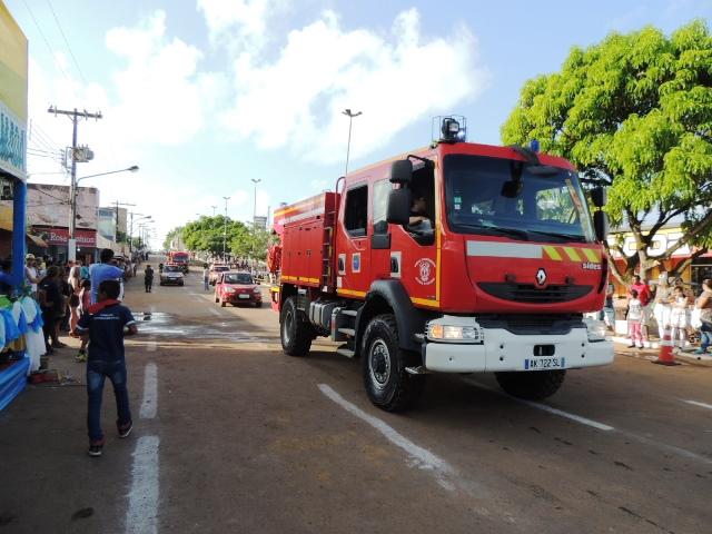 Bombeiros levaram aparato de combate a incêndios...