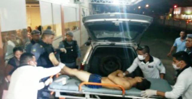 Assaltante chega ao HE depois de ser socorrido pela PM. Foto: Olho de Boto