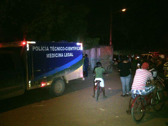 Politec faz pericia na casa onde o crime ocorreu: outros irmãos conseguiram escapar, incluindo Alanzinho. Fotos: Olho de Boto