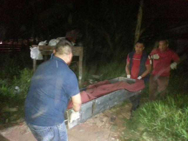 Equipe da Politec remove corpo: não foi possível identificar como a vítima foi ferida. Fotos: Olho de Boto