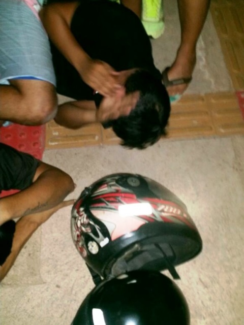 Um dos criminosos caído no chão após o tiro dado por um homem ainda não identificado. Fotos: Olho de Boto