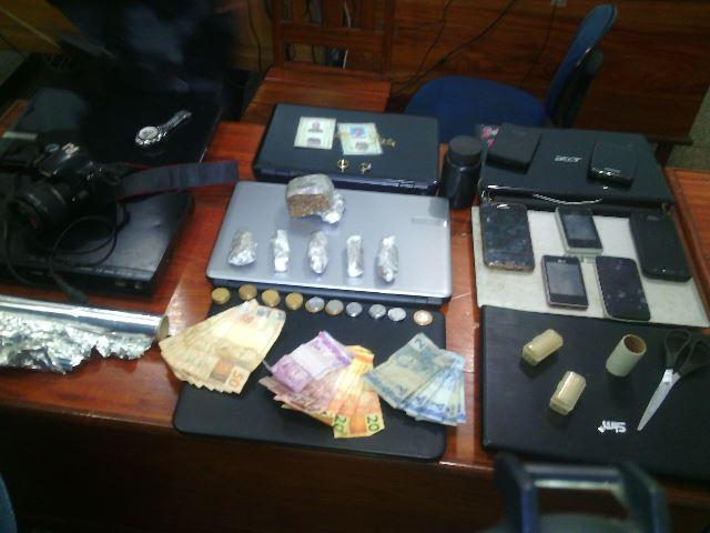 Drogas e 7 notebooks. Fotos: Olho de Boto