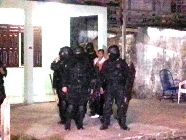 """Equipe do BOPE negocia as condições de rendição de """"Candinho"""". Fotos: Olho de Boto"""