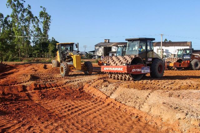 Máquinas finalizam a sub-base dos acessos. Fotos: Secom