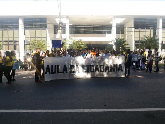 Alunos esticam faixa em frente ao palácio do governo