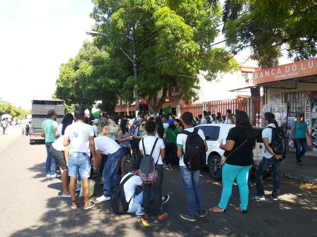 Estudantes bloquearam o trânsito no Centro
