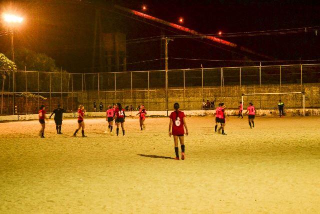 Meninas tocam a bola na estreia
