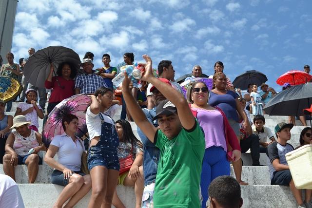 Vendedores vão até o público levar água como estratégia de vendas. Fotos: Cássia Lima